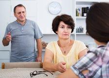 Couples de retraité parlant avec la fille Images libres de droits