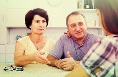 Couples de retraité parlant avec la fille Images stock