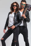 Couples de rock de mode se tenant ensemble Images stock