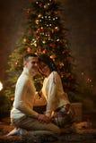 Couples de Romatic dans l'intérieur de Noël Photos stock