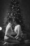 Couples de Romatic dans l'intérieur de Noël Image stock