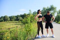 Couples de séance d'entraînement forte d'homme et de femme d'ajustement dehors Images libres de droits