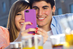 Couples de Selfie prenant des photos avec un smartphone Photos libres de droits