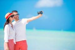 Couples de Selfie prenant des photos sur la plage Personnes de touristes prenant des photos de voyage des vacances d'été Images libres de droits