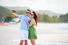 Couples de Selfie prenant des photos sur la plage Personnes de touristes prenant des photos de voyage des vacances d'été Photos libres de droits