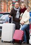 Couples de Seniorpleasant des voyageurs posant avec des pêcheurs à la cuiller Images libres de droits
