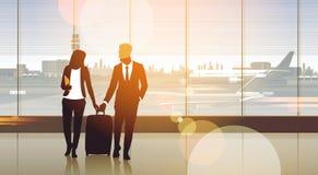 Couples de silhouette dans l'aéroport attendant Hall Departure Terminal Interior Check dedans Photographie stock