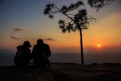 Couples de silhouette en falaise Image libre de droits