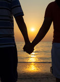 Couples de silhouettes tenant des mains Images stock