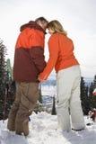 Couples de ski dans des mains de fixation de neige Images libres de droits