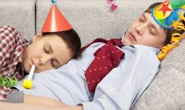 Couples de sommeil dans des chapeaux de chapeaux de partie Images libres de droits