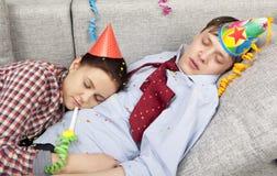Couples de sommeil dans des chapeaux de chapeaux de partie Images stock