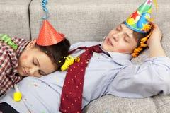 Couples de sommeil dans des chapeaux de chapeaux de partie Photographie stock libre de droits