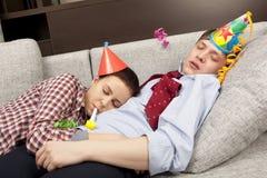 Couples de sommeil dans des chapeaux de chapeaux de partie Photographie stock