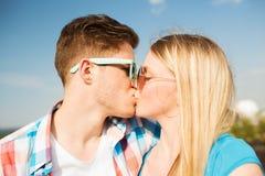 Couples de sourire à l'extérieur Photo stock
