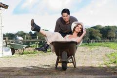 Couples de sourire à la ferme photographie stock libre de droits