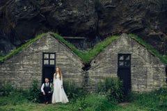 Couples de sourire élégants heureux marchant et embrassant en Islande, dessus Images libres de droits