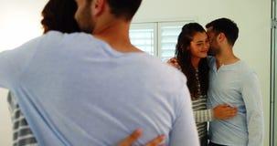 Couples de sourire agissant l'un sur l'autre les uns avec les autres dans la salle de bains clips vidéos