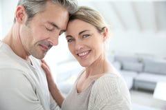 Couples de sourire aimants à l'intérieur Photo libre de droits