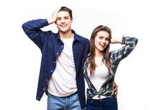 Couples de sourire ainsi que des mains sur la tête sur le fond blanc images stock