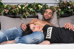 Couples de sourire attrayants de l'homme avec le coffre nu et le brun rêveur Image libre de droits