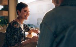 Couples de sourire au café Images libres de droits