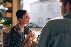 Couples de sourire au café Photo stock