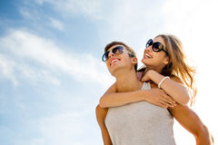Couples de sourire ayant l'amusement au-dessus du fond de ciel Photos libres de droits