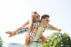 Couples de sourire ayant l'amusement dans le stationnement Image libre de droits