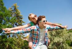 Couples de sourire ayant l'amusement dans le stationnement Photos libres de droits