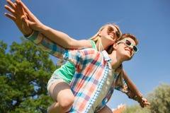 Couples de sourire ayant l'amusement dans le stationnement Photographie stock