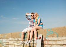 Couples de sourire ayant l'amusement dehors Photo libre de droits