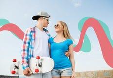 Couples de sourire ayant l'amusement dehors Photos libres de droits