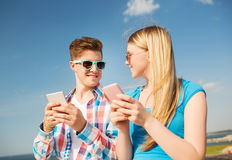 Couples de sourire ayant l'amusement dehors Image stock
