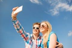 Couples de sourire ayant l'amusement dehors Images stock