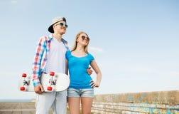 Couples de sourire ayant l'amusement dehors Photos stock