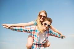 Couples de sourire ayant l'amusement dehors Photographie stock