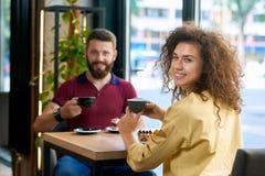 Couples de sourire ayant la date dans le restaurant images libres de droits
