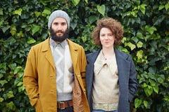 Couples de sourire d'étudiant de hippie Photographie stock libre de droits
