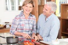Couples de sourire d'aîné dans la cuisine Photo stock