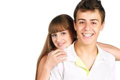 Couples de sourire d'adolescent d'isolement au-dessus du blanc Image stock