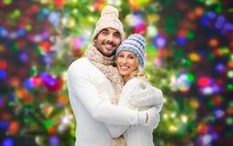 Couples de sourire dans étreindre de vêtements d'hiver Photo libre de droits