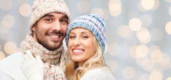 Couples de sourire dans étreindre de vêtements d'hiver Image libre de droits