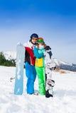 Couples de sourire dans des masques de ski se tenant ensemble Photo stock