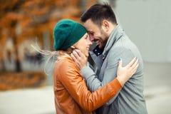 Couples de sourire dans l'amour dehors Photos libres de droits