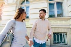 Couples de sourire dans l'amour dehors Photo stock
