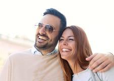 Couples de sourire dans l'amour dehors Images libres de droits