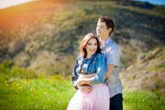Couples de sourire dans l'amour dehors Concept heureux de mode de vie Photographie stock libre de droits