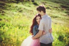 Couples de sourire dans l'amour dehors Concept heureux de mode de vie Histoire d'amour photos stock