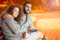 Couples de sourire dans l'amour en automne en parc Images stock